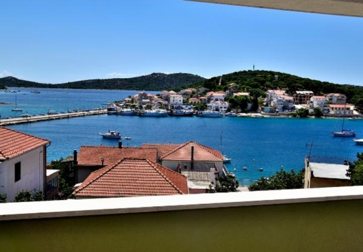 Lovely 2-bedroom apartment in Rogoznica with sea view