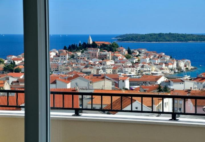 Nice apartment with view of the sea and the old town