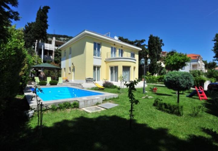 Luxury villa with pool in vibrant city of Split, Meje prestigious area