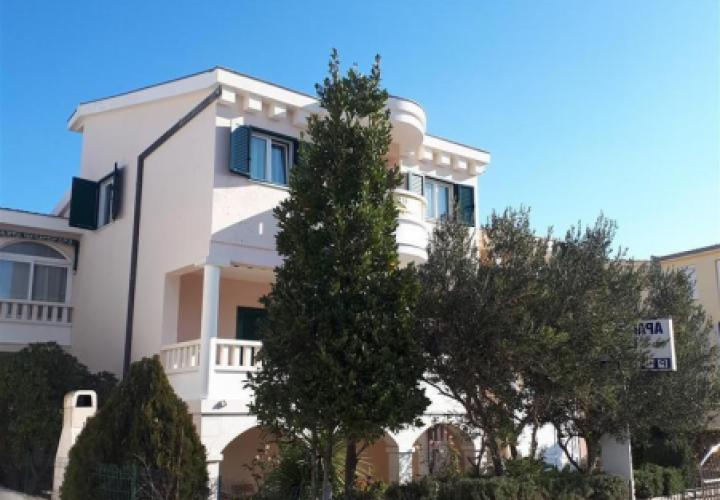 Pansion of 5 apartments on the first line to the sea in popular Rogoznica