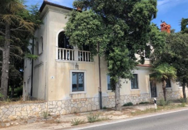 Boutique-hotel building for remodelling, first line to the sea