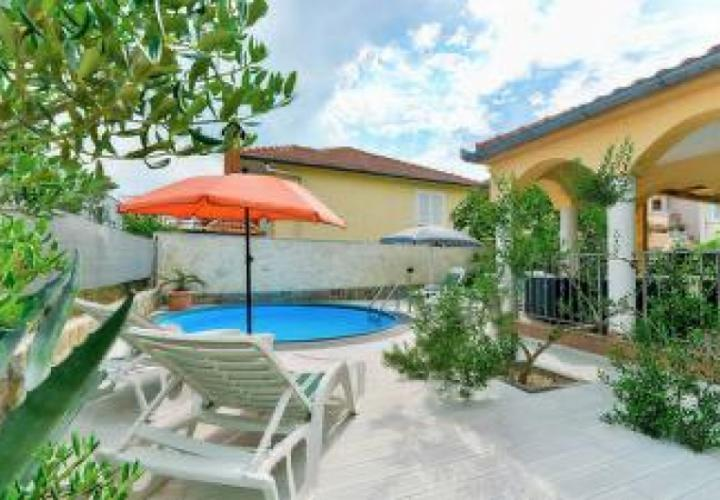 Low-priced villa with swimming pool just 90 meters from the sea