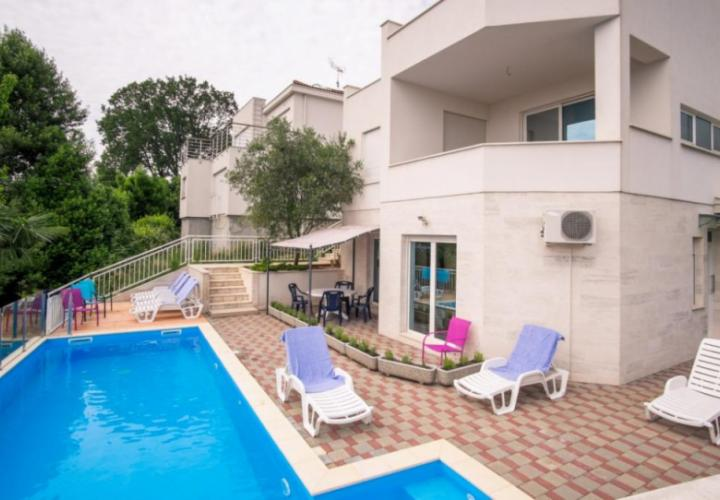 Villa in Icici of three apartments with swimming pool, 5% rendita