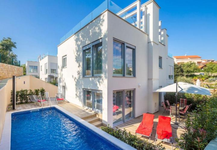 Exclusive attached urban villa with pool, 100 m from the sea!
