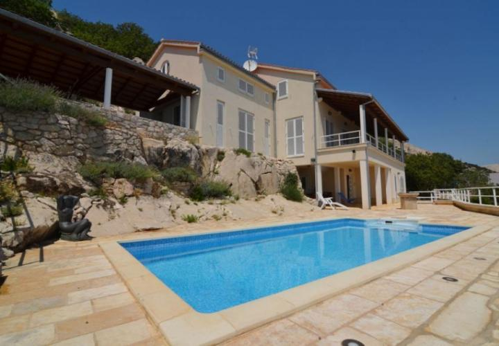 Villa with pool and panoramic sea view, in an attractive location!