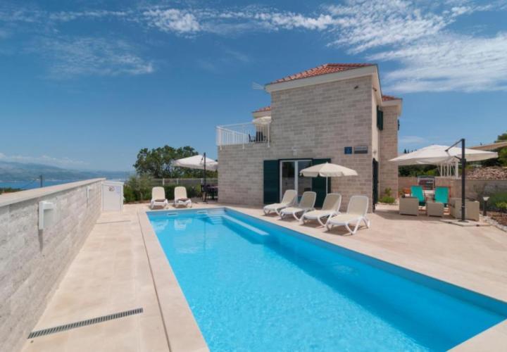 Beautiful Dalmatian style villa with swimming pool on Brac island