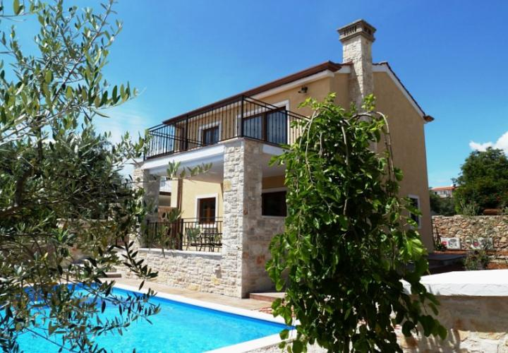 Attached furnished house with garden and pool