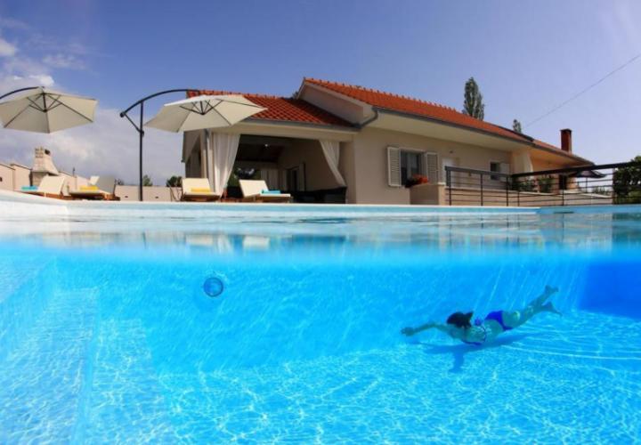 Прекрасная вилла на продажу в Задаре с бассейном, всего в 50 метрах от моря