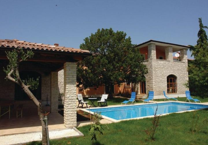 Stone Istrian- or Tuscany-type villa with pool in the suburb of Pula!