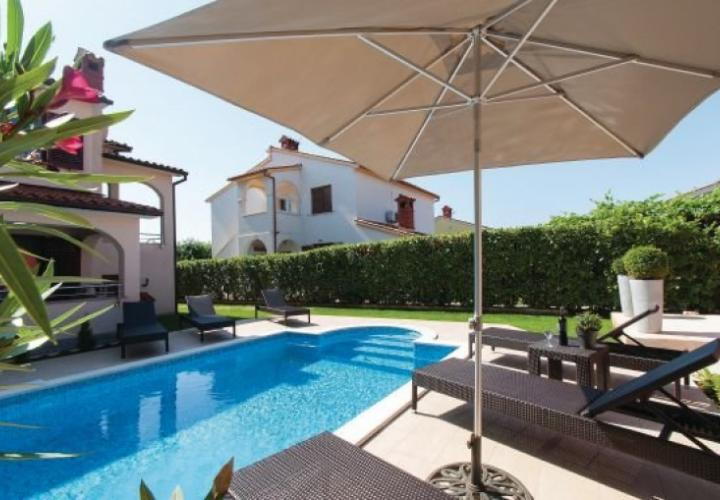 Valbandon villa with pool, halfway from Fazana to Pula, just 300 meters from the sea