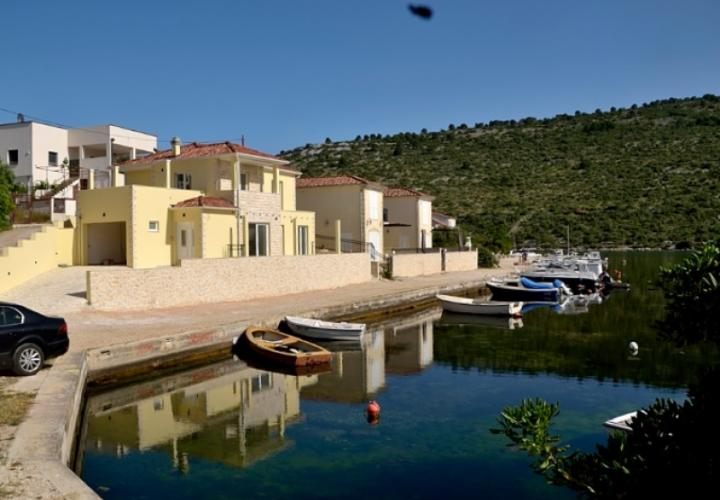 New waterfront villa in Rogoznica area, next to boat moorings