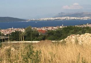 Advantageous land plot with sea view in Kastela