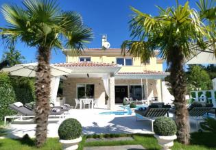 Superb exclusively furnished villa with home cinema!